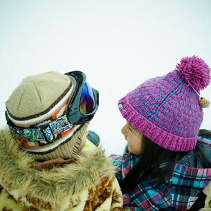 顔を見合わせる男の子と女の子の写真素材 [FYI02059192]
