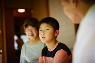 男の子と祖父母の写真素材 [FYI02059202]