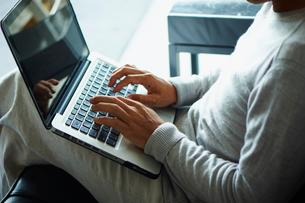 ノートパソコンを操作するシニア男性の写真素材 [FYI02059207]