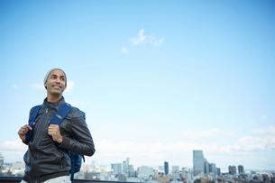 外国人男性と仙台市の街並みの写真素材 [FYI02059210]