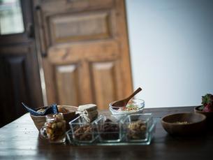 朝食がのったダイニングテーブルの写真素材 [FYI02059213]