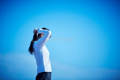 髪を結うミドル女性の写真素材 [FYI02059230]