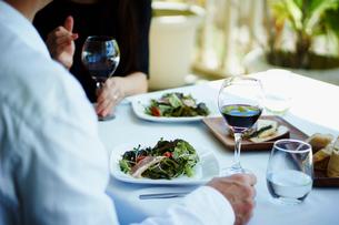 レストランで食事をするミドル夫婦の写真素材 [FYI02059234]