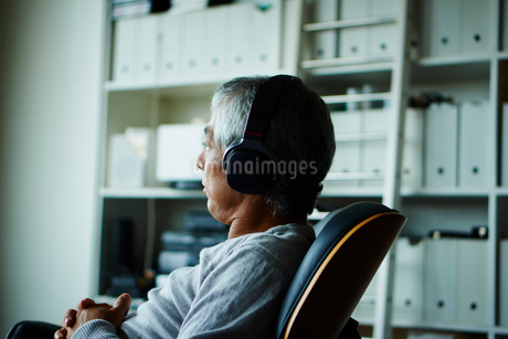 ヘッドフォンで音楽を聴くシニア男性の写真素材 [FYI02059238]