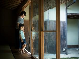 庭を眺める女の子と母親の写真素材 [FYI02059239]