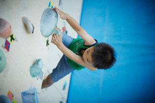 ボルダリングをする男の子の写真素材 [FYI02059247]