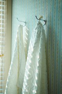 洗面所の壁にかかる白いタオルの写真素材 [FYI02059252]