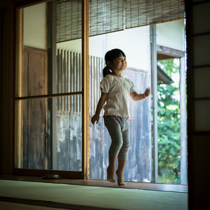 縁側を歩く女の子の写真素材 [FYI02059263]