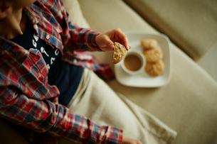 クッキーを持つ女性の写真素材 [FYI02059270]