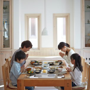 食卓で手を合わせるファミリーの写真素材 [FYI02059284]