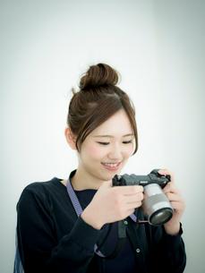 カメラを見る女性の写真素材 [FYI02059289]
