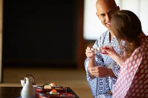 浴衣姿で日本酒を楽しむ外国人カップルの写真素材 [FYI02059298]