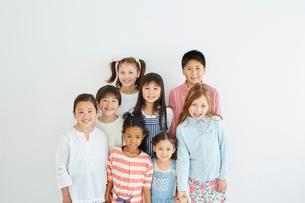 日本人と外国人の子供たち8人の写真素材 [FYI02059310]
