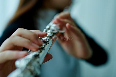 フルートを吹く女性の写真素材 [FYI02059320]