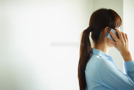 スマートフォンで話すミドル女性の写真素材 [FYI02059334]
