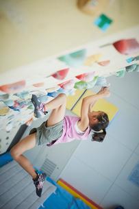 ボルダリングをする女の子の写真素材 [FYI02059347]