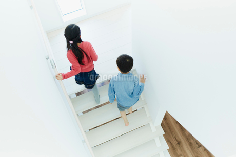 階段を上る男の子と女の子の写真素材 [FYI02059359]