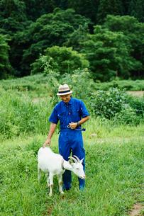 ヤギと農夫の写真素材 [FYI02059369]