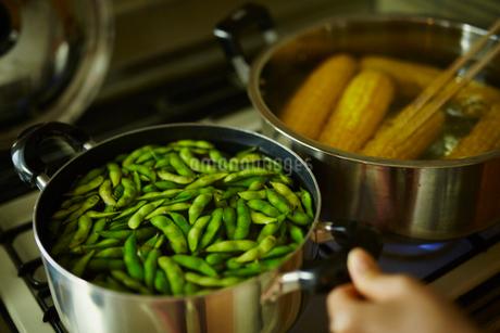 鍋の中の枝豆とトウモロコシの写真素材 [FYI02059382]