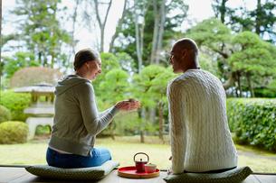 縁側でお茶を飲む外国人カップルの写真素材 [FYI02059384]