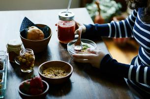 朝食を食べる女性の手元の写真素材 [FYI02059388]