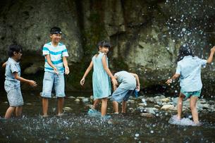 川遊びをする子供達の写真素材 [FYI02059392]