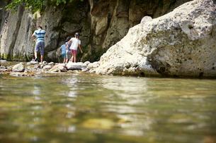 川遊びをする子供達の写真素材 [FYI02059394]
