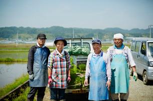 農家男女4人の写真素材 [FYI02059403]