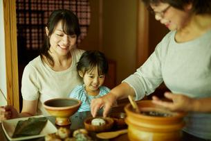 おにぎりを作る三世代女性ファミリーの写真素材 [FYI02059406]