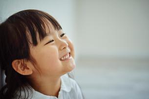 笑顔の女の子の写真素材 [FYI02059412]