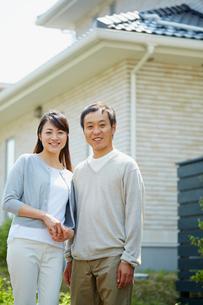 家の前に立つカップルの写真素材 [FYI02059418]