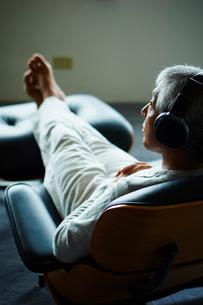 ヘッドフォンで音楽を聴くシニア男性の写真素材 [FYI02059419]