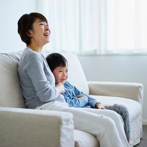 ソファに座る男の子と母親の写真素材 [FYI02059435]