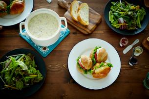 クラムチャウダーとサンドイッチとグリーンサラダの写真素材 [FYI02059442]