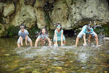 川遊びをする子供達の写真素材 [FYI02059443]