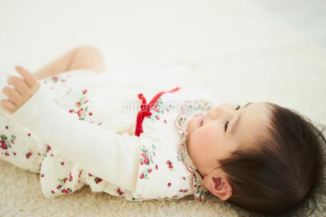 寝転ぶ赤ちゃんの写真素材 [FYI02059450]