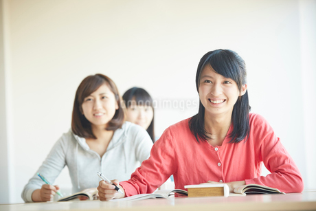 勉強する3人の10代女性の写真素材 [FYI02059451]