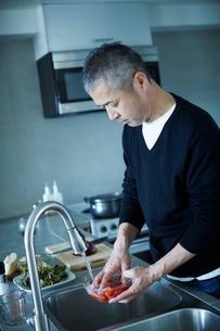 料理をするミドル男性の写真素材 [FYI02059452]