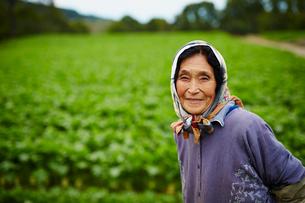 笑顔の農婦の写真素材 [FYI02059465]