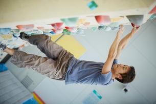 ボルダリングをする男性の写真素材 [FYI02059473]