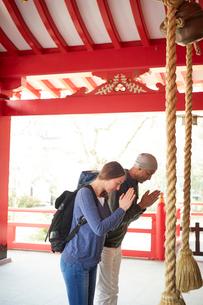 神社をお参りする外国人カップルの写真素材 [FYI02059477]