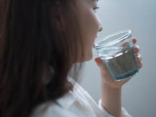 水を飲む女性の写真素材 [FYI02059480]