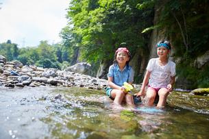川遊びをする女の子2人の写真素材 [FYI02059481]