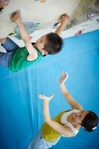 ボルダリングをする男の子と見守る母親の写真素材 [FYI02059489]