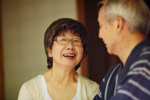 談笑するシニア夫婦の写真素材 [FYI02059495]