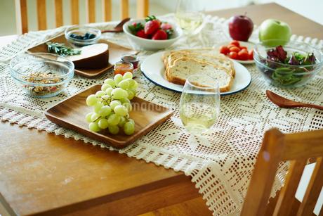 テーブルの上の朝食の写真素材 [FYI02059501]