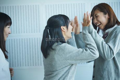 合格発表で喜ぶ女子学生の写真素材 [FYI02059506]