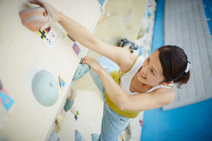 ボルダリングをする女性の写真素材 [FYI02059507]