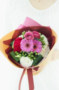 花束を持つ女性の写真素材 [FYI02059512]