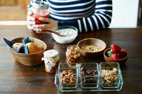 朝食を食べる女性の手元の写真素材 [FYI02059514]